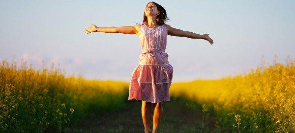 Femme très contente après avoir éliminé sa vaginose bactérienne