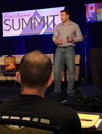 Derek Wahler est l'auteur du site grandnettoyageventreplat.com qui participe au sommet du fitness